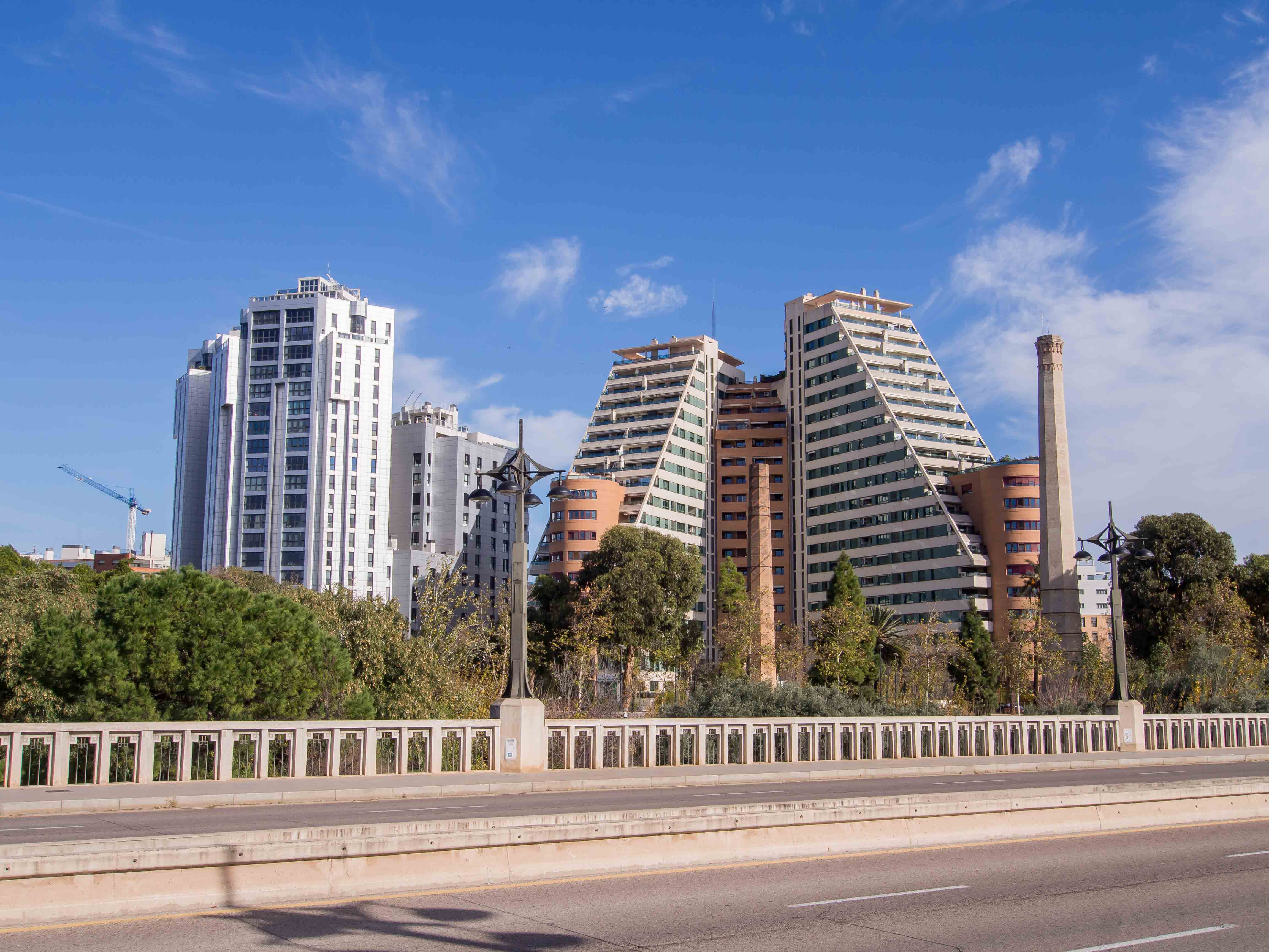 edificio Gulliver visto desde un puente