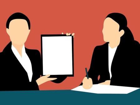 dibujo de dos mujeres enseñando una tablet